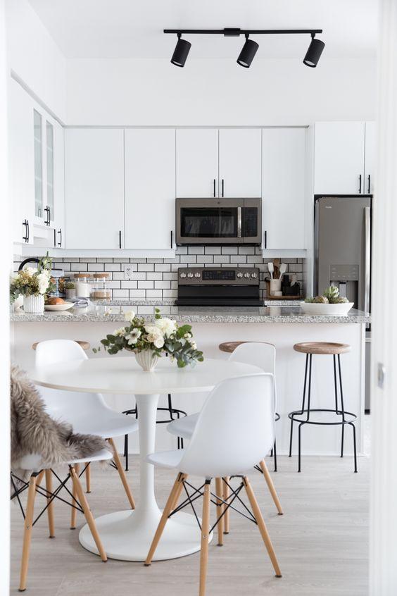 Reflektor sufitowy w kuchni może oświetlić jednocześnie kilka obszarów wnętrza, fot. Pinterest