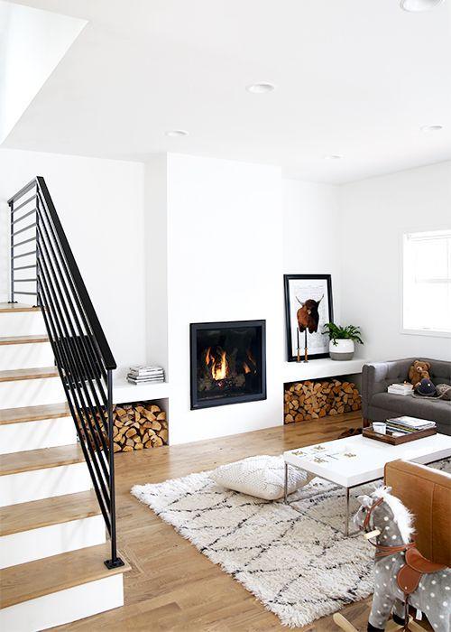 Aby zyskać przestrzeń w tym salonie zastosowano lampy do zabudowy, fot. Pinterest