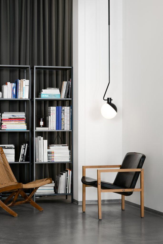 Baluna w aranżacji biblioteczki, Grupa Products, Pufa Design