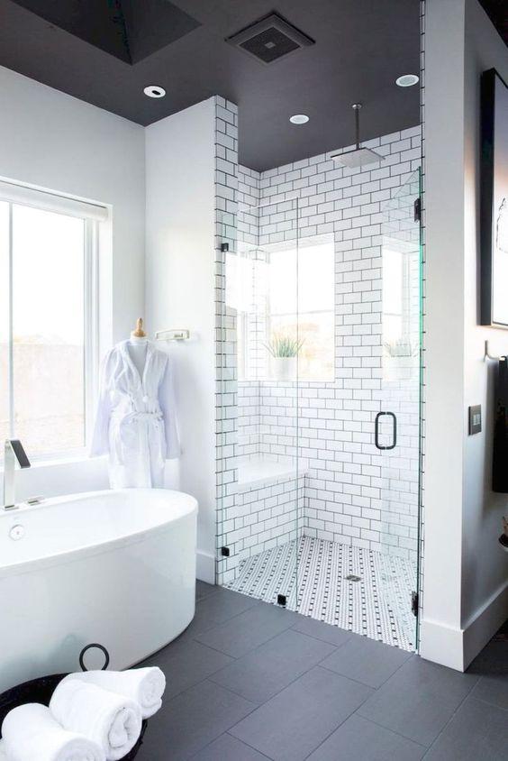 W tej łaziece zastosowano czarny sufit z białymi lampami do zabudowy, fot. Pinterest