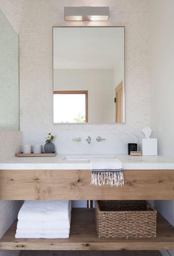 Kinkiet nad lustrem w łazience to klasyczne rozwiązanie, które zawsze się sprawdza, fot. Green Oak House