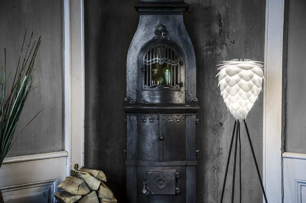 Lampa podłogowa Conia, podstawa Tripod w czerni, zestaw Vita Copenhagen, Pufa Design