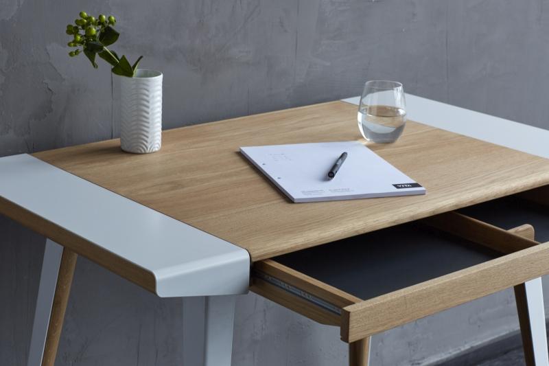 Biurko Ambitions stworzone jest do stylowego home office, Pufa Design