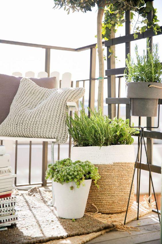 Niewielki balkon w naturalnym wydaniu, inspiracja fot. Pintrest
