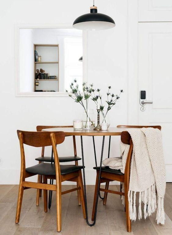 Inspiracja, salon w stylu skandynawskim, klasyczne krzesła drewniane, fot. Pinterest