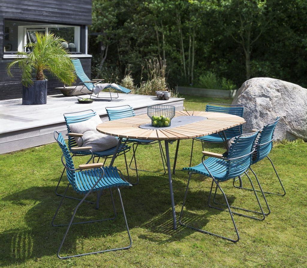 Spotkanie w ogrodzie przy wielkim stole, to miło spędzony czas z bliskimi, meble Houe, Pufa Design