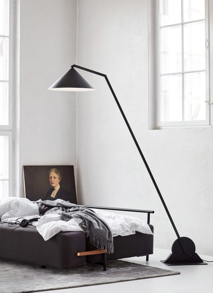 Lampa podłogowa Gear marki Northern, dostępna w Pufa Design