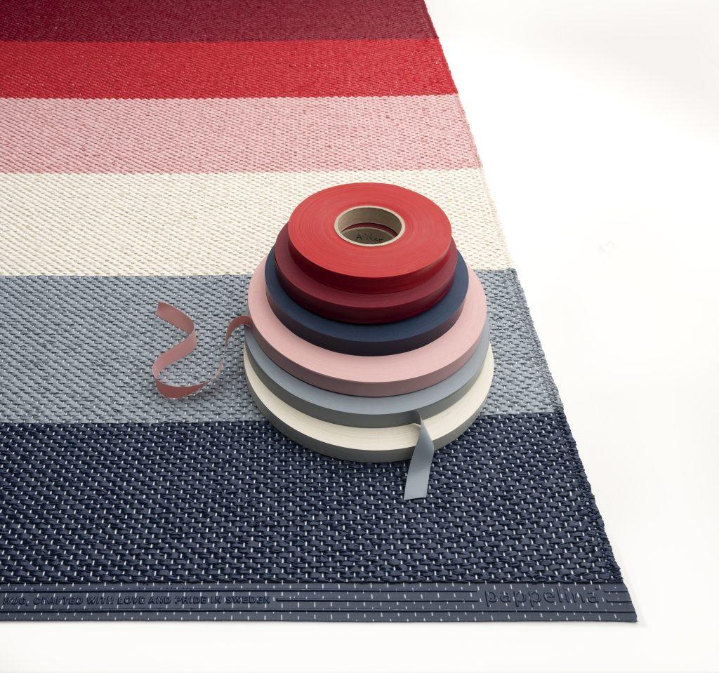 Kolorowe, miękkie taśmy z tworzywa, z których tkane są dywany Pappelina również wyprodukowano w Szwecji