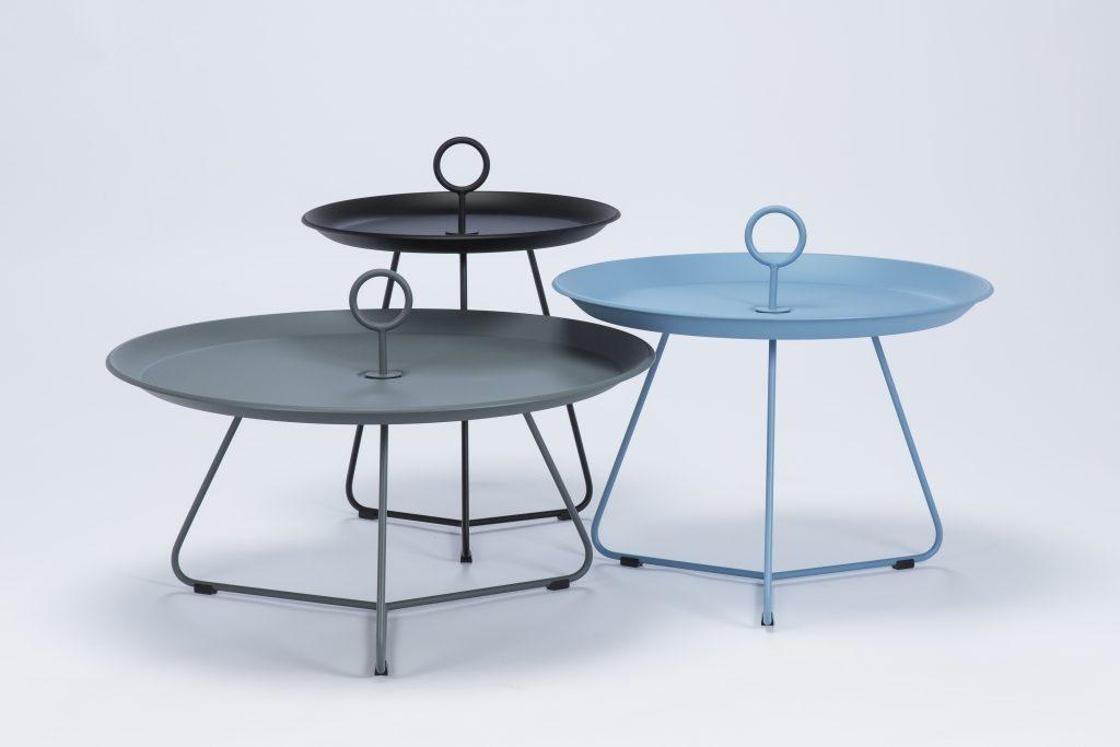 Stolik z okrągłym uchwytem Eyelet marki Houe, kolekcja mebli ogrodowych Houe dostępna jest w Pufa Design