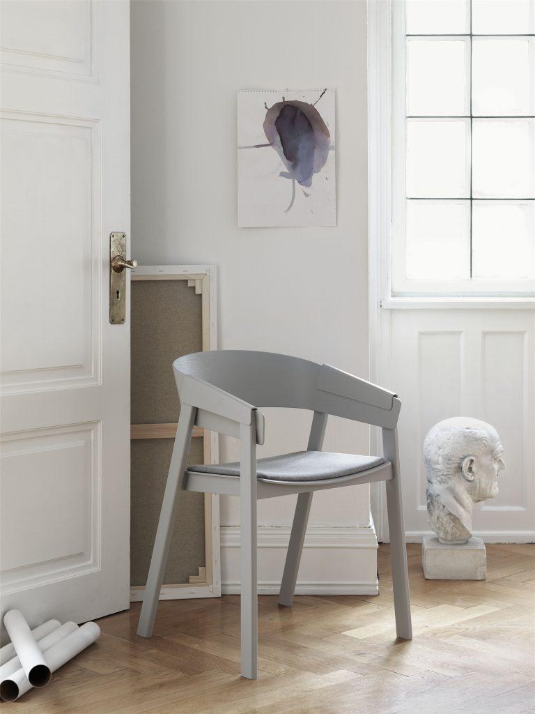 Krzesło Cover w szarości, Muuto, Pufa Design