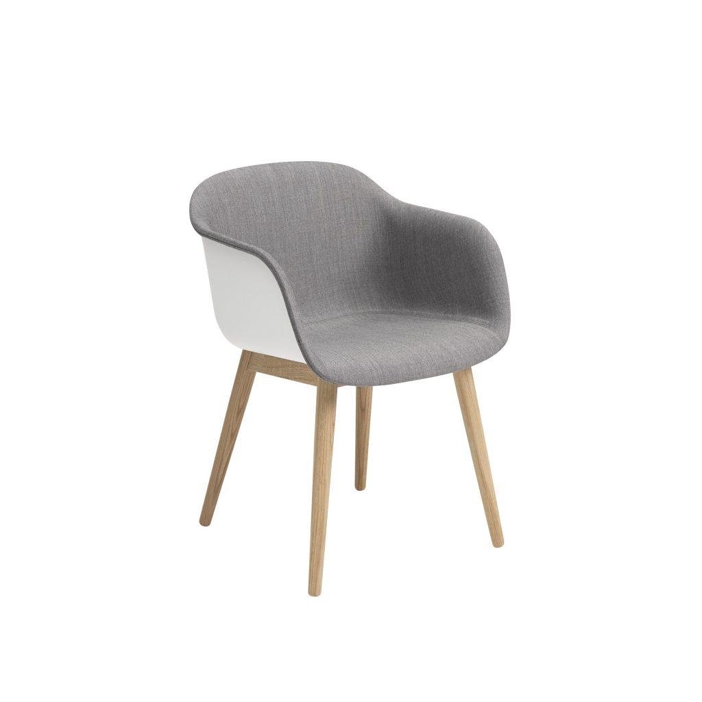 Muuto, fotel tapicerowany FIBER na drewnianej podstawie. W produkcji zastosowane zostało innowacyjne tworzywo, mieszanka polipropylenu (75%) oraz drewna (25%). Front fotela został pokryty wysokiej jakości tkaniną.