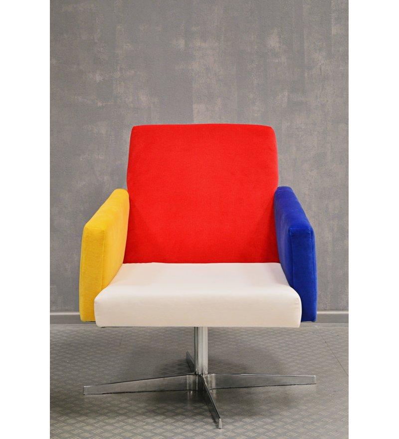 Designerski fotel NO,1 INSP. DE STIJL zaprojektowany przez Katarzynę Jasyk, zainspirowany obrazami Pieta Mondriana, czyli tzw. neoplastycyzmem. Styl nawiązuje do lat 20-tych XX wieku. Żywa kolorystyka przykuwa spojrzenia i sprawia, że projekt jest wyjątkowo energetyczny.