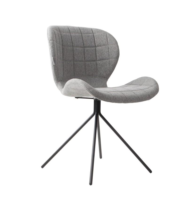 Designerski fotel Zuiver OMG. Bardzo wygodny i doskonale wyprofilowany, tapicerowany przyjemną w dotyku i wytrzymałą tkaniną.