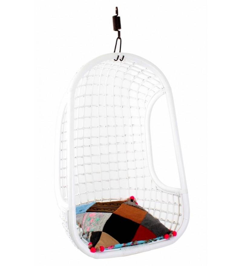 Rattanowy wiszący fotel Hk Living w białym kolorze. Model przeznaczony specjalnie do stosowania wewnątrz.