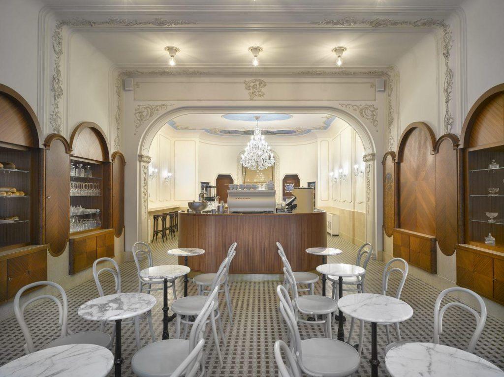 Marka TON śledzi realizacje na całym świecie, gdzie pojawiły się ich krzesła, tu najnowsza realizacja - rodzime wnętrze Pastry shop Myšák w Pradze