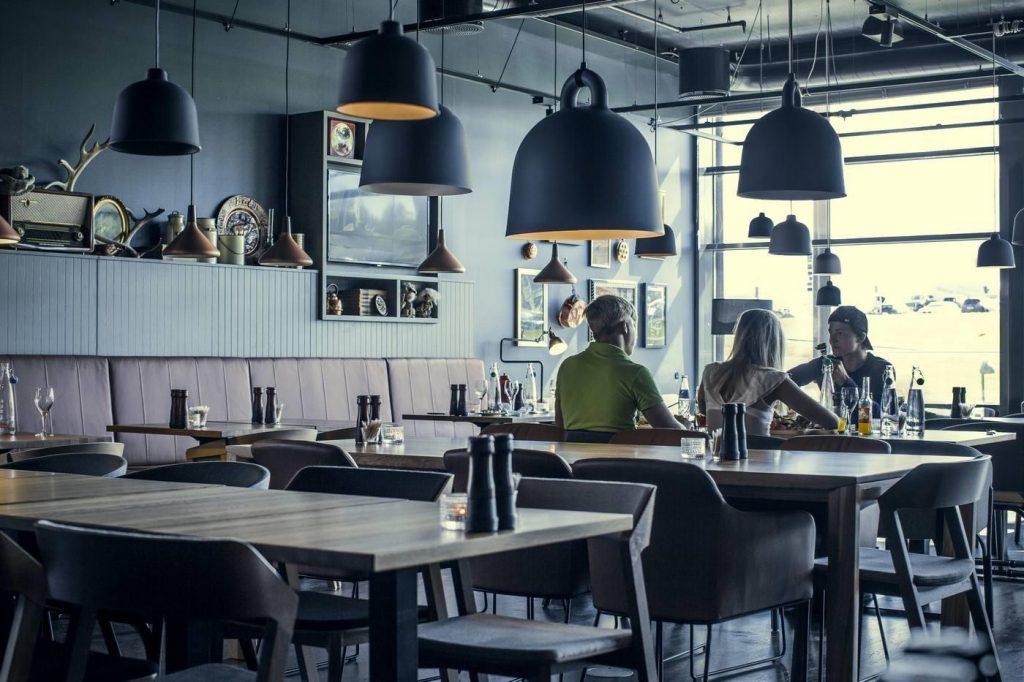 Norwegia, wnętrze z krzesłami TON - GåRD Restaurant - Skjetten, foto: ton.eu