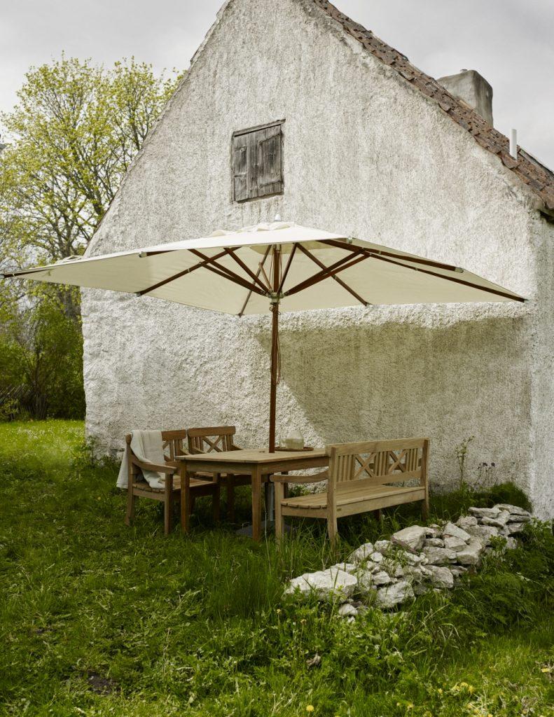 Parasol ogrodowy Skagerak przy starym klimatycznym domu za miastem