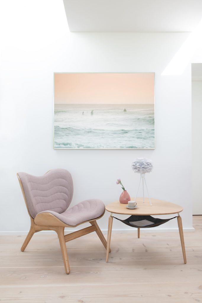 Fotel A Conversation Piece obok stolika Hang Out