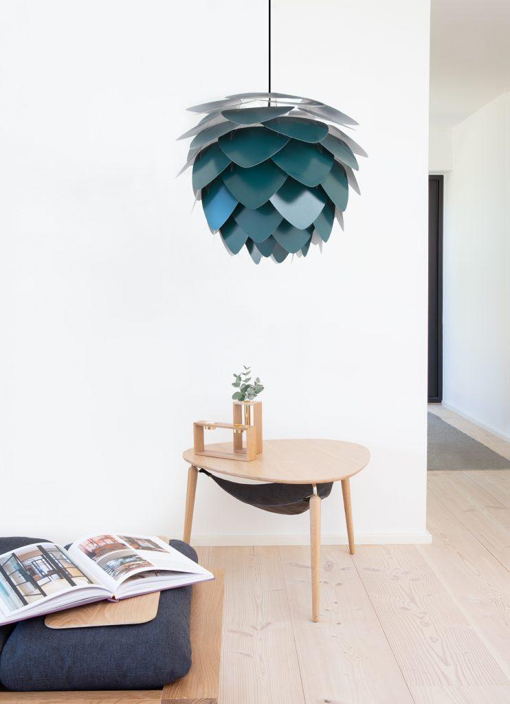 Lampa Aluvia i dębowy stolik kawowy Hang Out UMAGE
