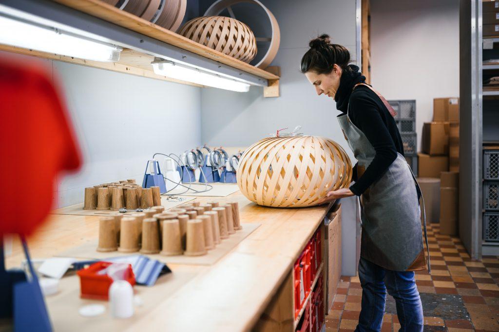 Lampa Swing tworzona ręcznie przez studio Dreizehngrad.