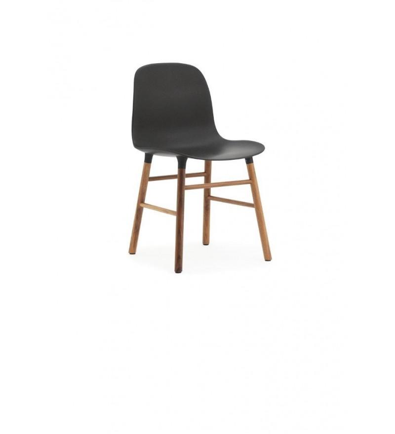 Krzesło na orzechowych nogach Normann Copenhagen.