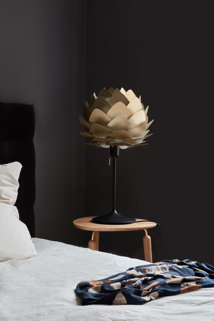 Lampka nocna, czyli Aluvia Brushed Brass na podstawie Champagne w kolorze czarnym