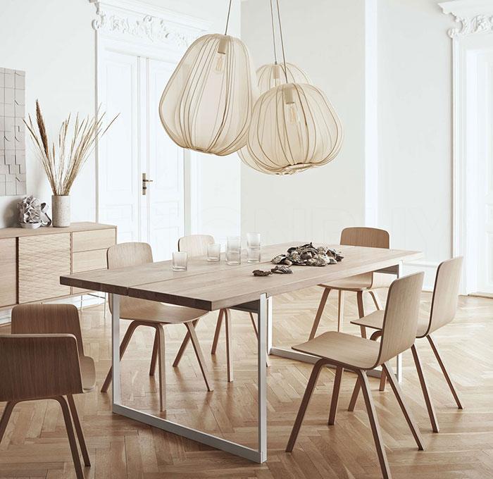 Lampy Baloon marki Bolia nad stołem w salonie